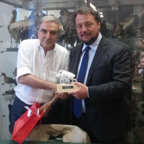 Rodolfo Grassi - Presidente provinciale Federcaccia di Milano e Monza Brianza – premia l'Assessore regionale all'agricoltura Gianni Fava