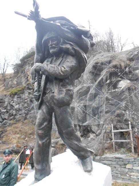 piemonte inaugurato il monumento il cacciatore di